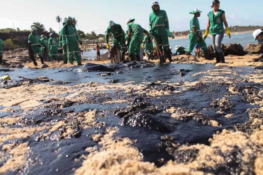 Pescador afetado por vazamento de óleo terá parcela extra do Seguro Defeso