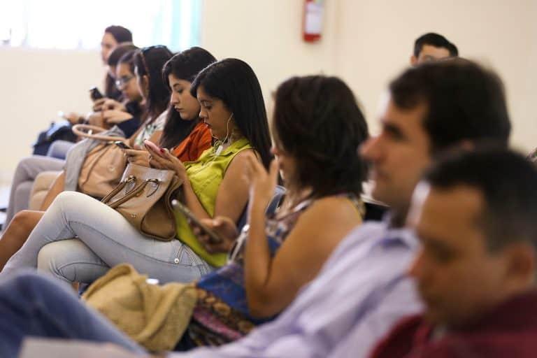 Recarga de celular pré-pago pode ter validade de 1 ano, segundo aprovação no CCJ