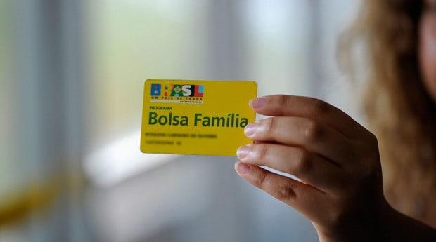 Regras do Bolsa Família incluem assiduidade escolar e cuidados com a saúde; entenda