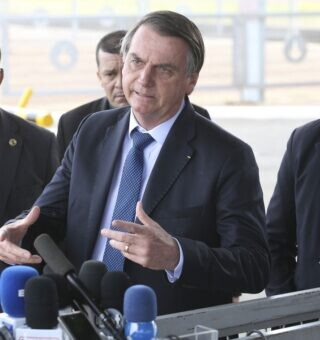 Bolsonaro volta a falar sobre reaberturas de comércios e fim do isolamento