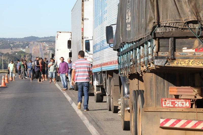 Caminhoneiros ficam desamparados em crise e senadores pedem respostas