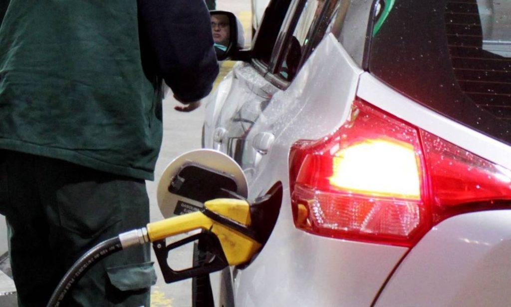 Gasolina caí 40% mas preço final não chega nas bombas; entenda porquê