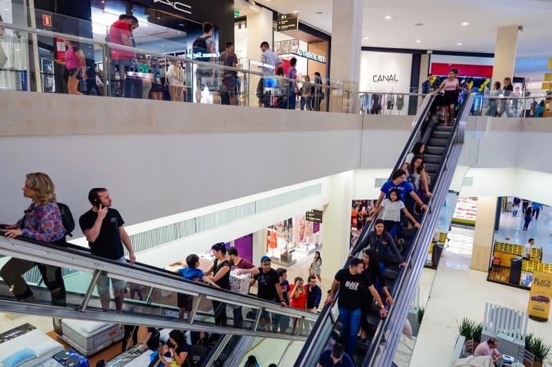 Porto Alegre obriga comércio a diminuir circulação de pessoas após crescimento do Covid-19