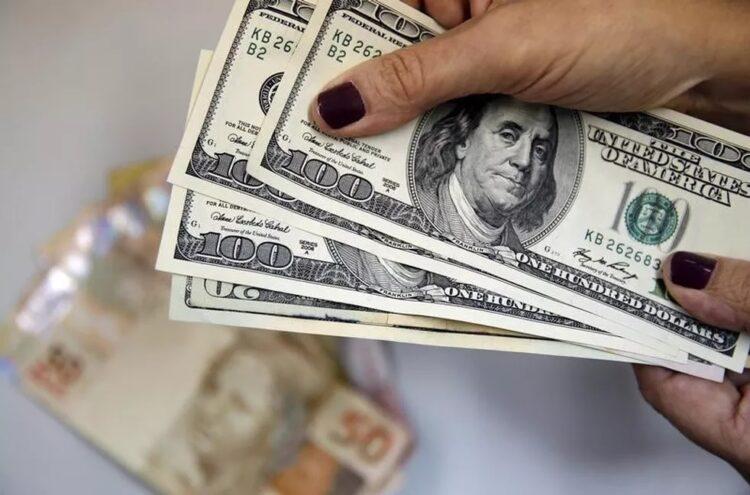 Dólar abre o dia em ALTA de 0,8% após incertezas sobre recuperação econômica