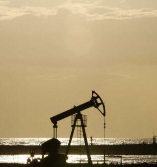 Petróleo apresenta queda de 4% em meio à valorização do dólar e aumento de casos de coronavírus