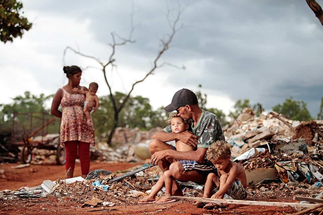 Mais pobres sofrem mais com baixa no auxílio emergencial e alta dos alimentos (Imagem: Reprodução/Veja)