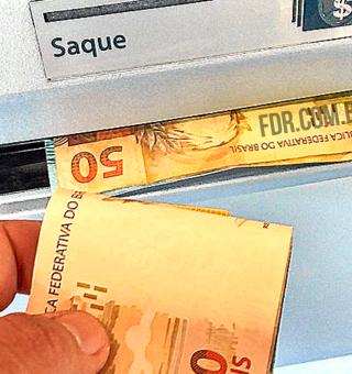 Sacando dinheiro em caixa eletronico