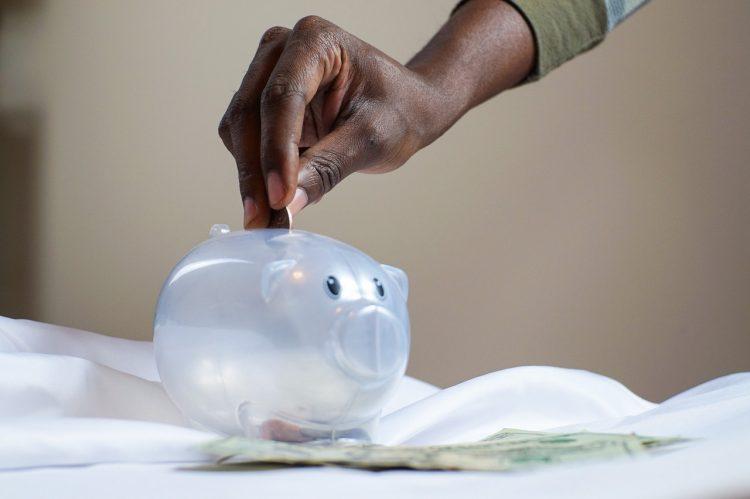 Entenda a diferença e a importância de poupar a investir