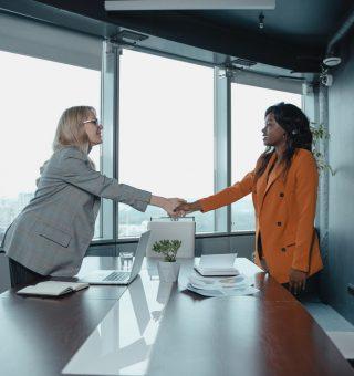 Confira aspectos positivos e negativos a se considerar no momento de investir no modelo de negócio de franquias