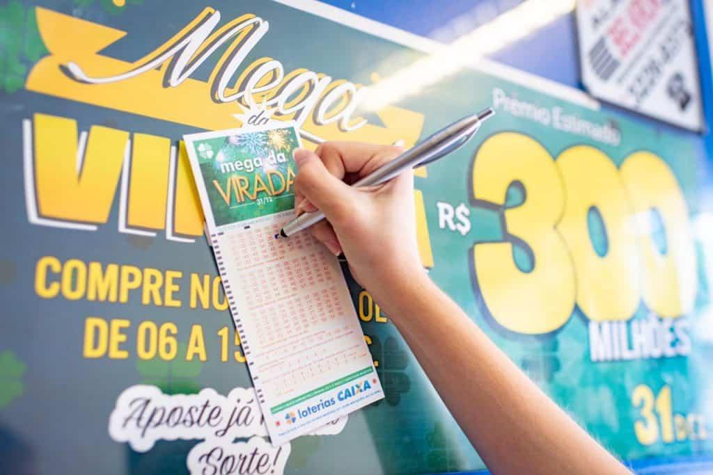 Mega da Virada 2021: Vale a pena aplicar R$300 milhões na poupança?
