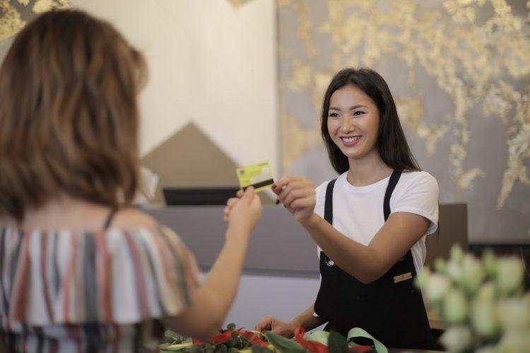 Caixa, Bradesco, Santander, Itaú e Banco do Brasil oferecem cartões de crédito zero anuidade