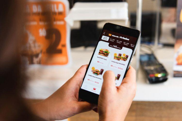 Quer economizar comprando comida? BK, Madero e Starbucks podem te ajudar!