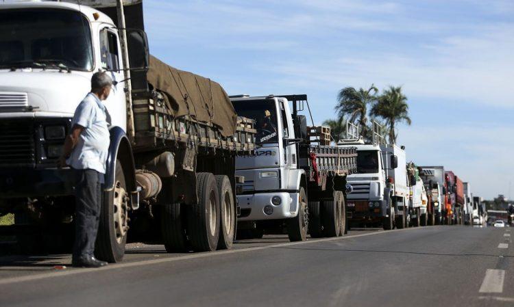 Quais incentivos o governo Bolsonaro propôs para os caminhoneiros?