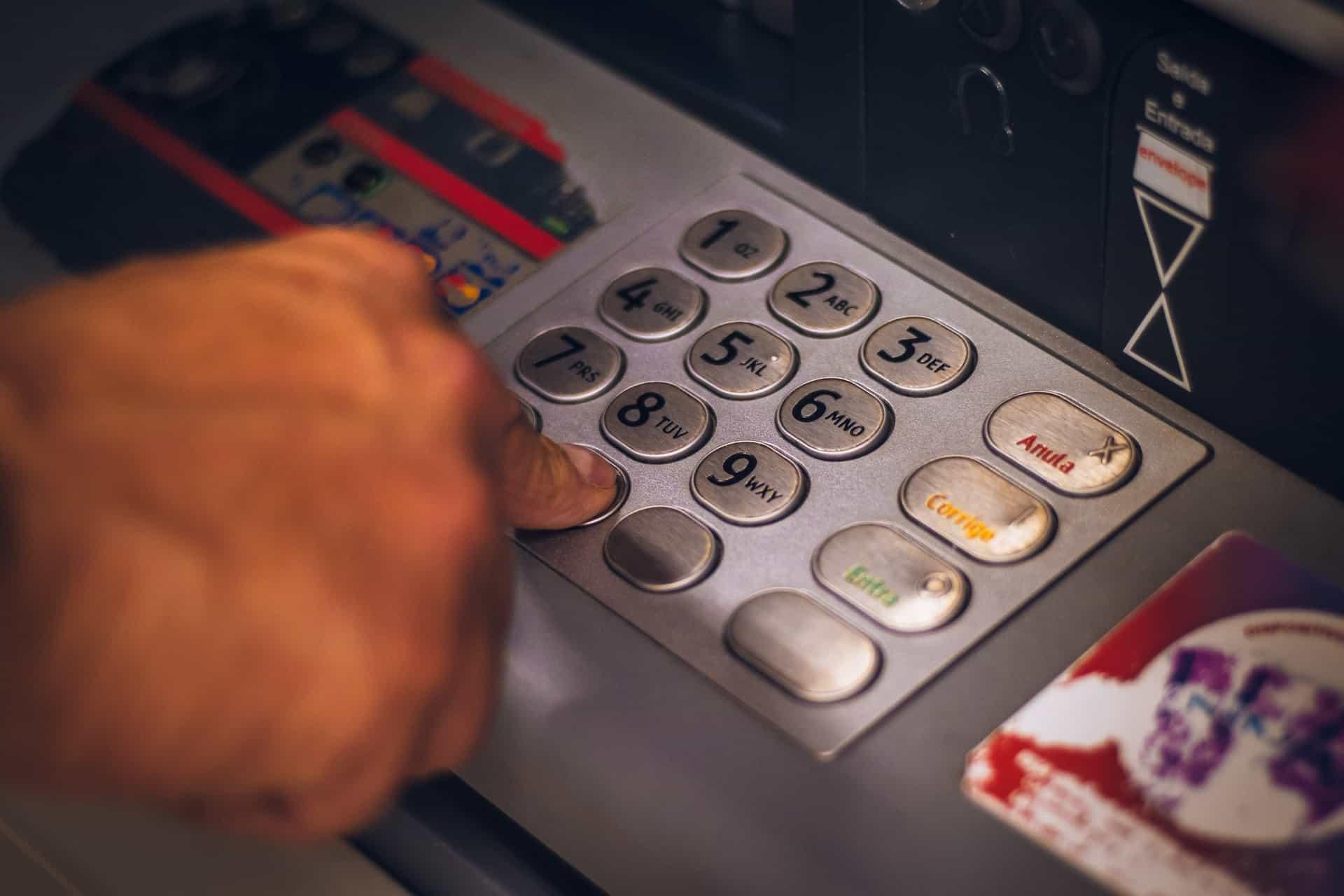 A abertura de uma conta bancária poderá tornar a vida financeira das pessoas mais prática