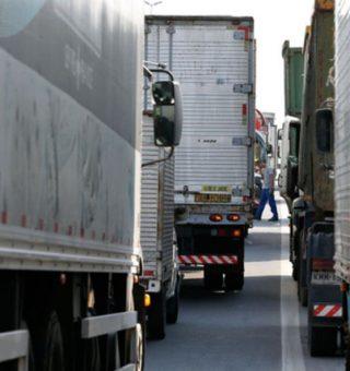 Caminhoneiros fazem greve em Minas Gerais e motoristas temem falta de combustível