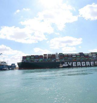 Por que a economia mundial se preocupa com um meganavio encalhado no Canal de Suez?