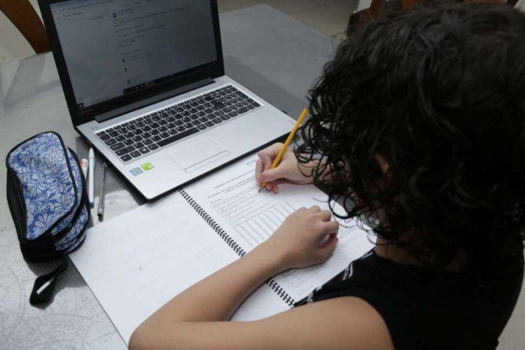 Bolsonaro corta projeto que daria internet grátis para educação básica