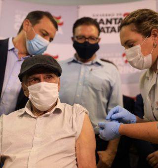 Calendário de vacinação da COVID-19: Confira dados e grupos prioritários em Santa Catarina