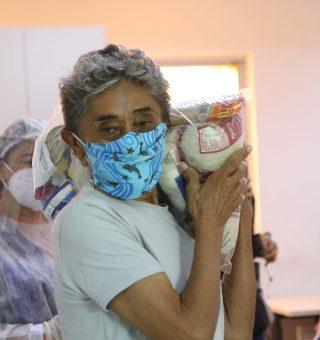 Comida em Casa: Programa distribui cestas básicas para população de Fortaleza