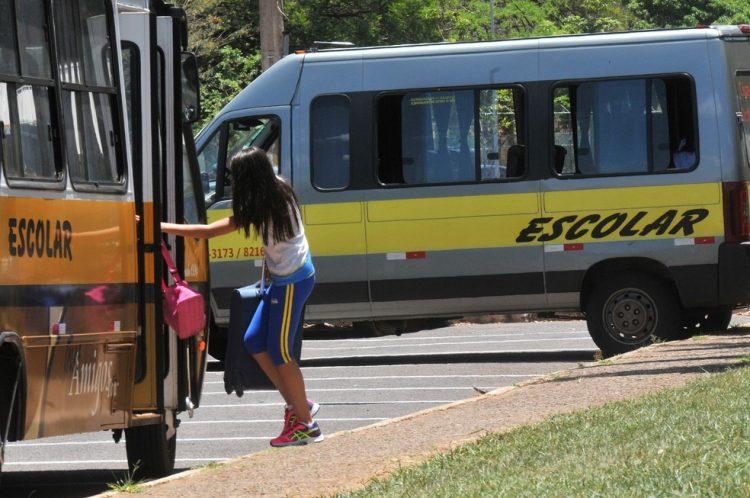 Novo auxílio de R$ 600 vai beneficiar motoristas de táxis e escolas no DF