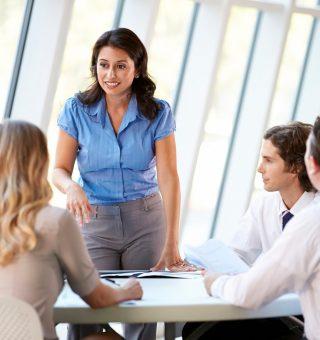 Santander oferece bolsas de estudos para mulheres que desejam liderar mercado de trabalho