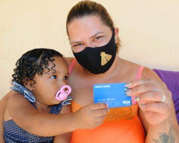 Governo do DF distribui Cartão Prato Cheio com crédito de R$ 250