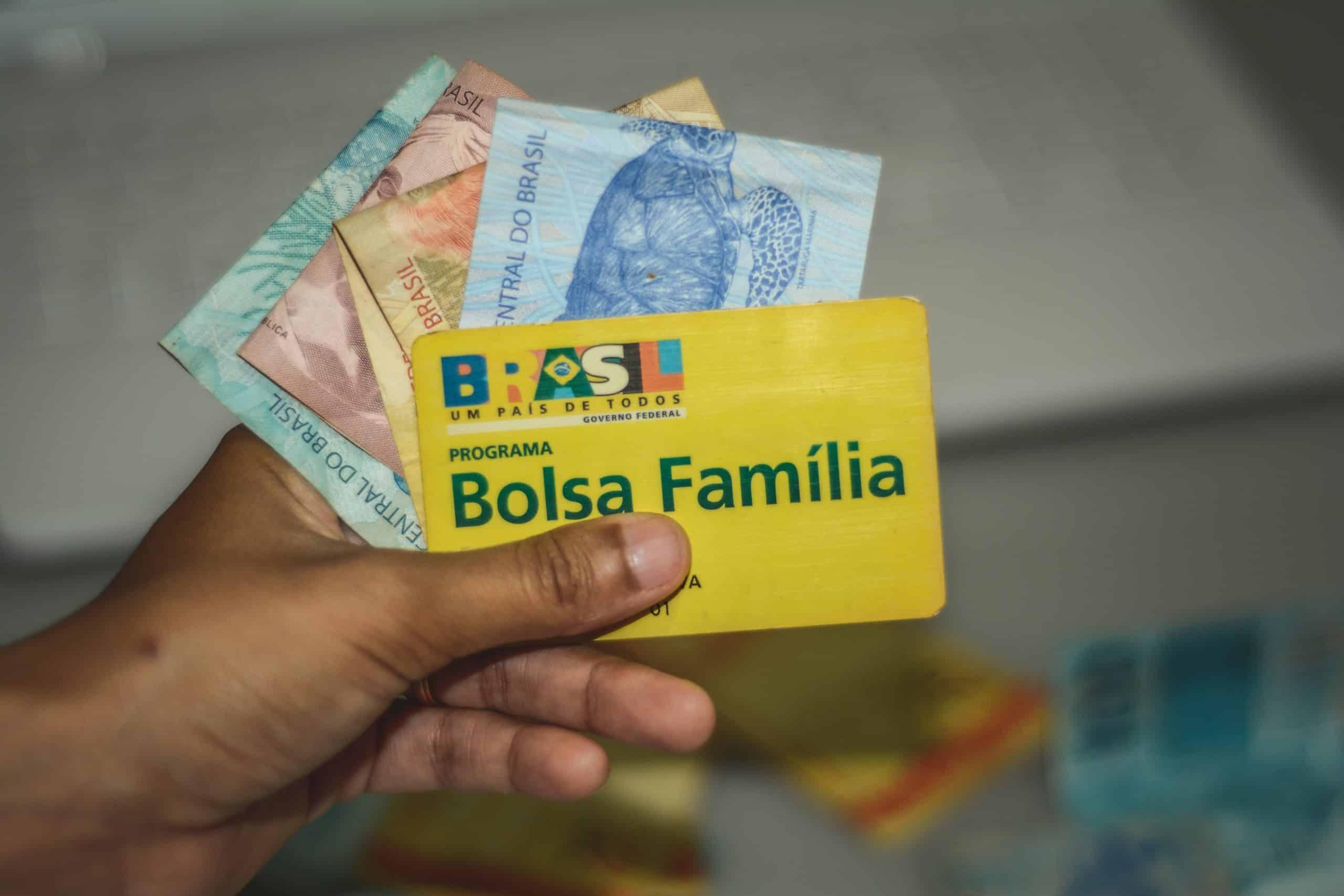 Pagamento do Bolsa Família, vacinação no RJ e SP e isenção na FUVEST são destaques na semana