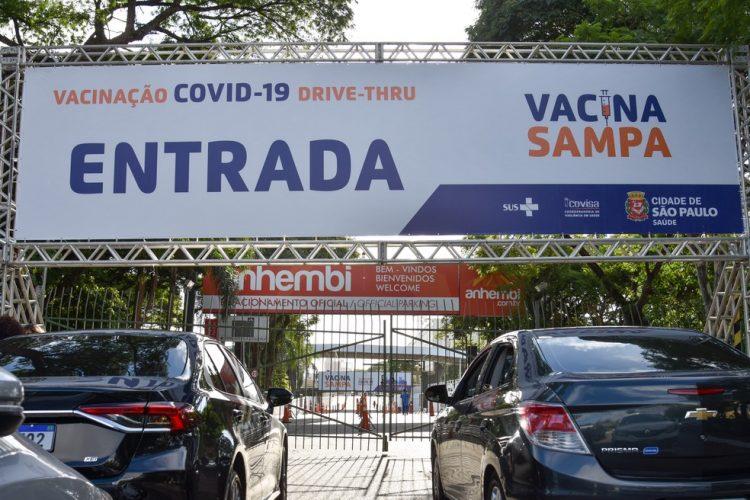 Vacinação da COVID-19 em drive-thru fica suspensa em SP; saiba o motivo