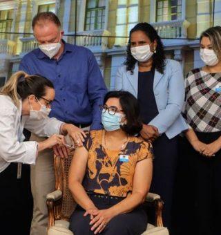 Governo do ES anuncia início da vacinação para profissionais da educação