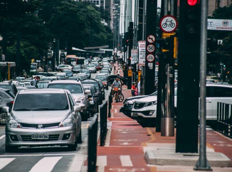 Licenciamento de veículos em SP exige regularização de duas placas este mês