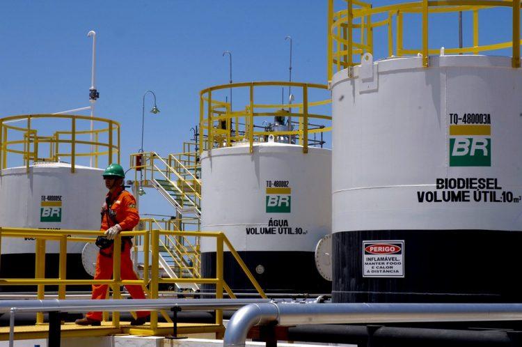 Trabalhadores da Petrobras entram em greve contra privatização; veja impactos