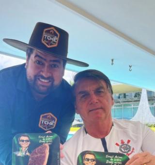 Bolsonaro posa com picanha de R$ 1,799 enquanto brasileiro troca carne por ovo