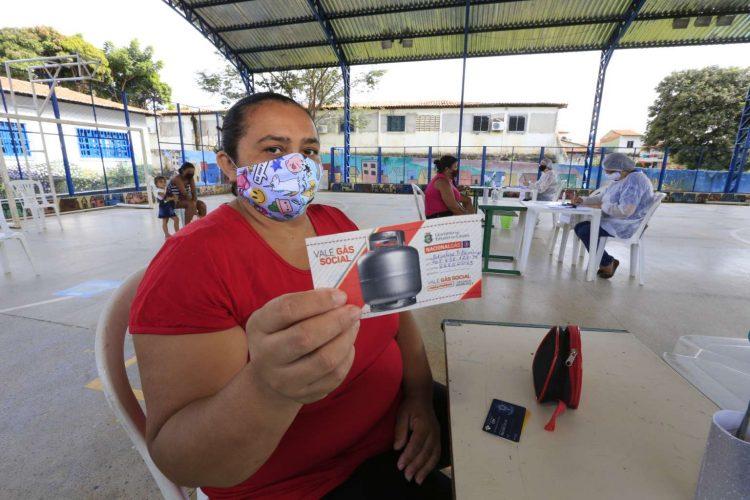 Vale-gás social: No Ceará, distribuição do benefício começa para 125 mil famílias