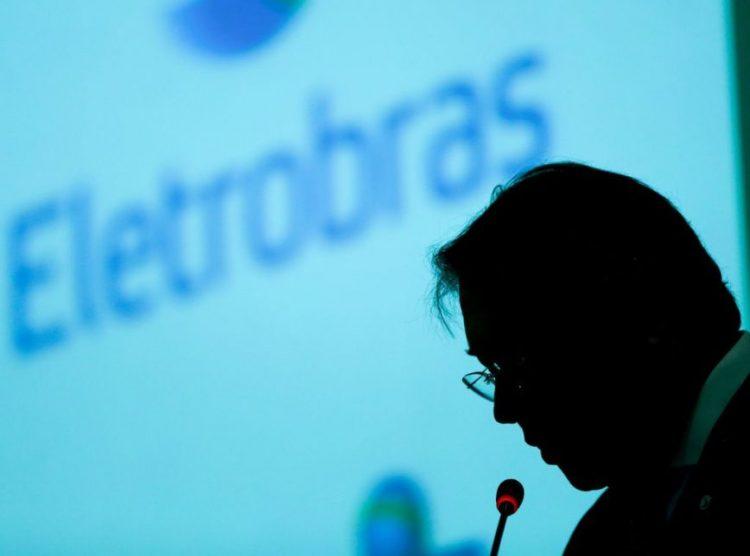 Bolsonaro sanciona lei que privatiza Eletrobras, mas gera polêmica na oposição