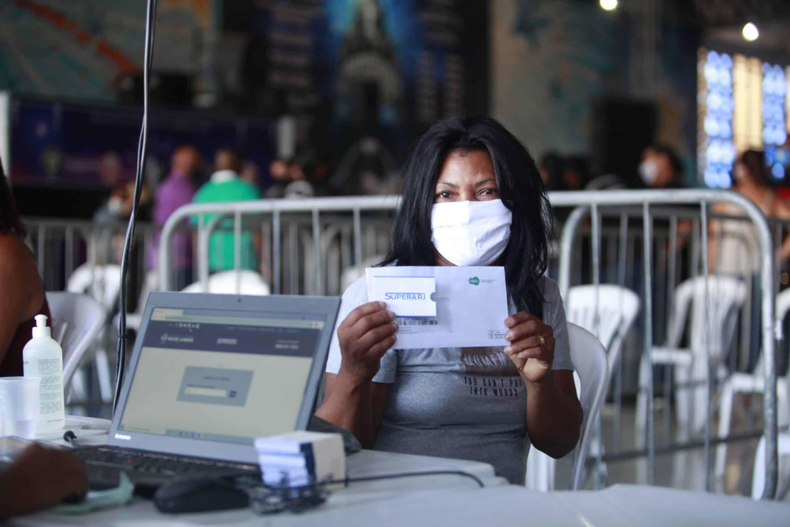 Começa distribuição do cartão Supera Rio para inscritos no CadÚnico
