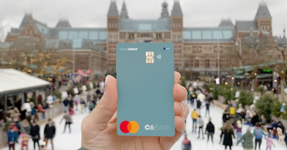 C6 Bank oferece opção de conta internacional para clientes que pretendem viajar