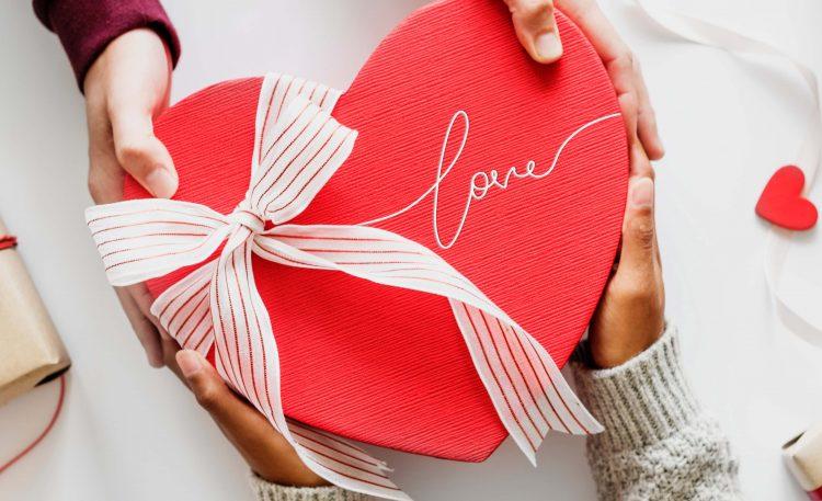 Americanas oferece frete grátis, 30% de cashback e 60% OFF no Dia dos Namorados