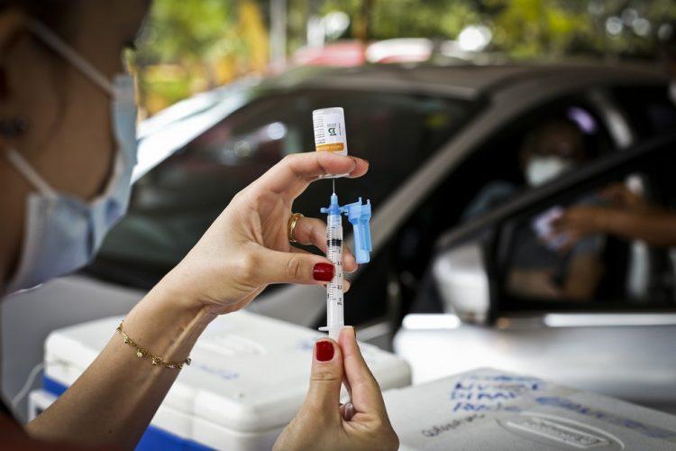 Pessoas com mais de 55 anos recebem hoje (14) 1ª dose da vacina no DF
