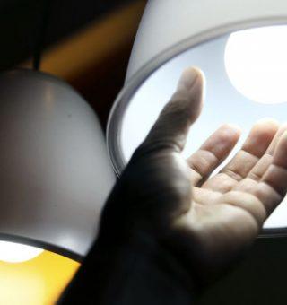 Pessoas de baixa renda garantem isenção do corte de luz até setembro