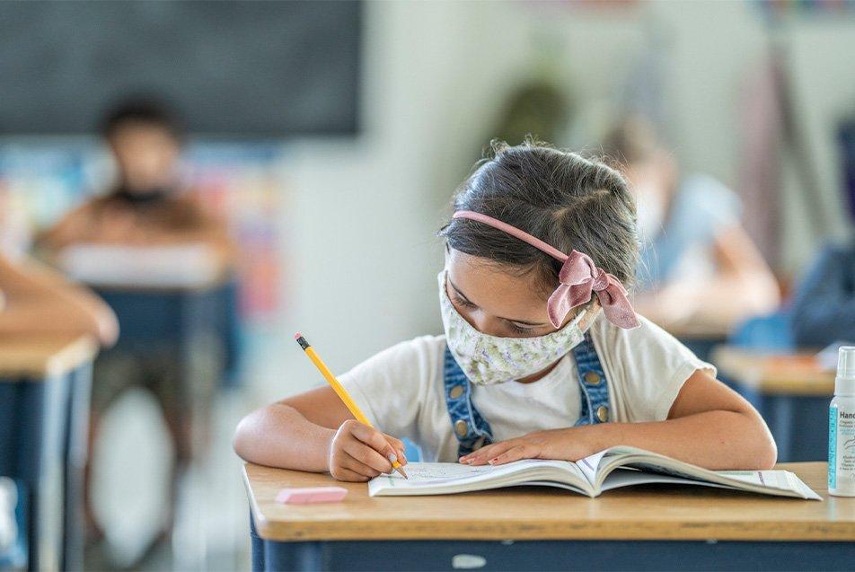 Crianças vão voltar para as aulas presenciais; dicas para economizar no material