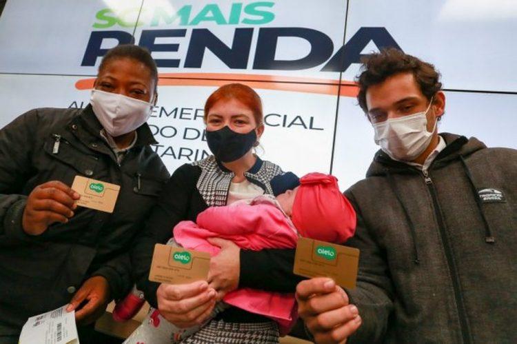 Santa Catarina inicia distribuição do cartão do auxílio emergencial estadual