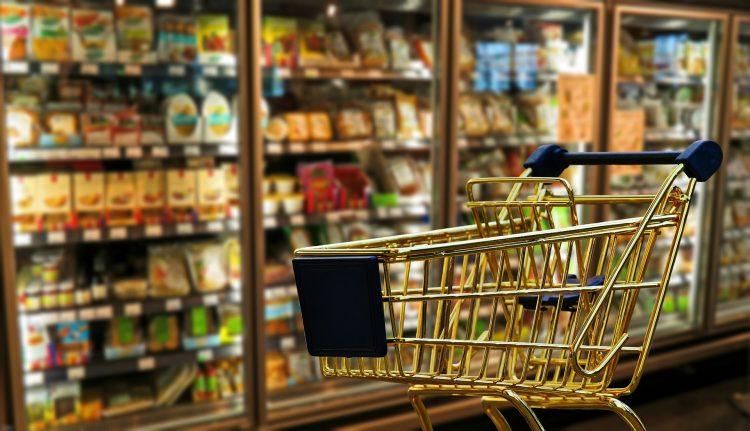 Cesta básica: quais alimentos dão para comprar ganhando um salário mínimo?