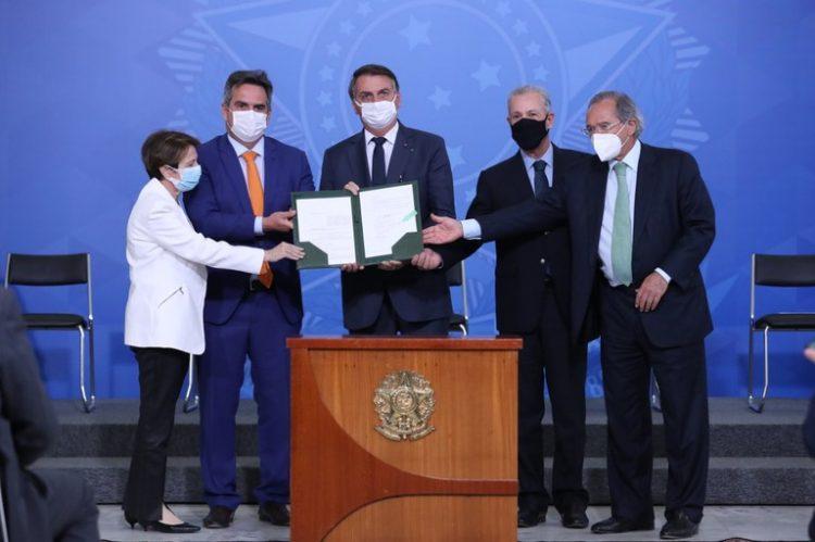 Bolsonaro assina MP que altera venda de etanol aos postos de combustíveis