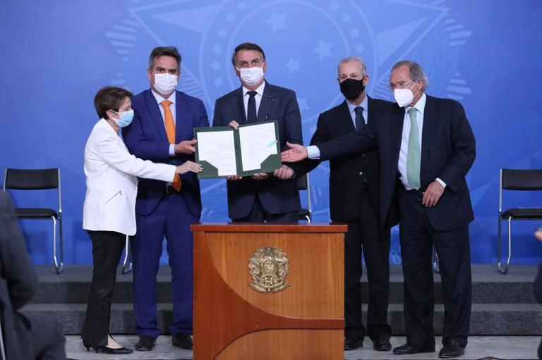 Auxílio Brasil vai liberar até 6 benefícios de acordo com perfil da família (Imagem: Marcos Corrêa/PR)