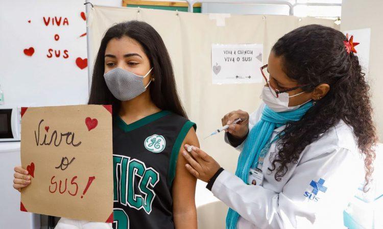 Porto Alegre continua com vacinação em maiores de 18 anos e reforça campanha