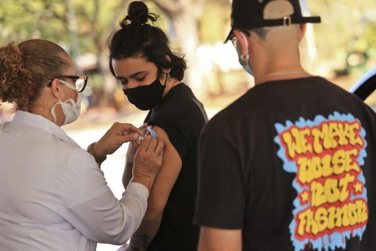 Distrito Federal começa vacinação para maiores de 18 anos