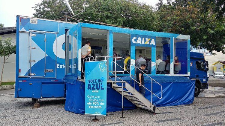 Caminhão-agência da Caixa estaciona em Curitiba para negociar dívidas
