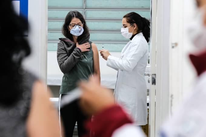 Vacinação em São Paulo antecipa calendário para 1ª dose dos maiores de 25 anos