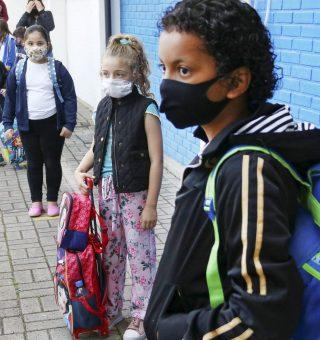 Curitiba confirma retorno das aulas 100% presenciais na rede pública