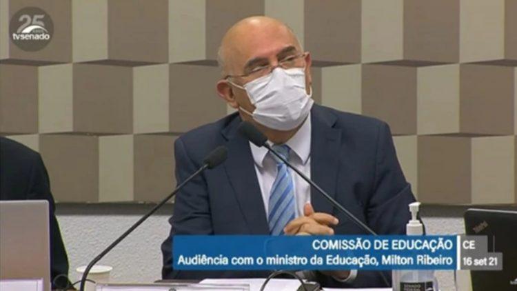 """Ministro se irrita com ausentes no ENEM, """"joguei R$ 300 milhões no lixo"""""""